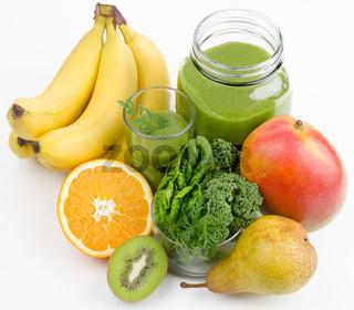 Grüner Smoothie mit Früchten und grünen Blättern