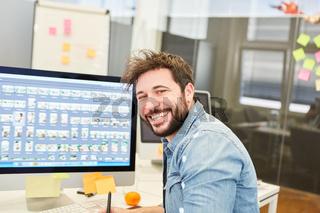 Grafikdesigner am PC in der Designagentur