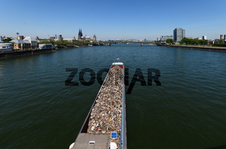 Frachtschiff mit Schrott auf dem Rhein