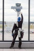 Letzte Reinigungsarbeiten am Flughafen Berlin Brandenburg BER Willy Brandt Airport