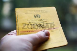 Impfbuch in Hand
