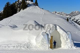 Eingang zum Eishotel, Iglu-Dorf Gstaad, Saanenmoeser, Kanton Bern, Schweiz