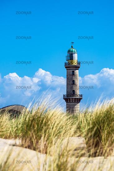 Blick auf den Leuchtturm mit Düne in Warnemünde