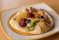 schmackhaftes Plundergebäck mit Früchten als Dessert serviert
