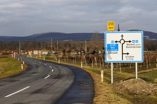Landstraße mit Verkehrsschild