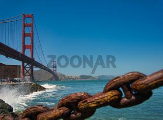 Eine rostige Kette am Ufer der Golden Gate Bridge