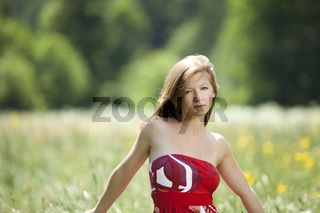 Junge Frau mit erwartungsvollem Blick