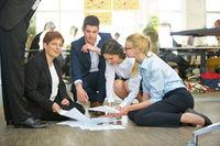 Business Team sortiert Dokumente