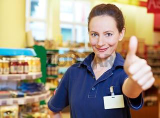 Supermarkt-Verkäuferin hält Daumen hoch