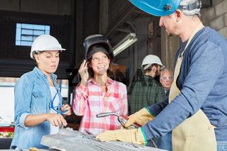 Frauen machen Ausbildung im Metallverarbeitung Betrieb