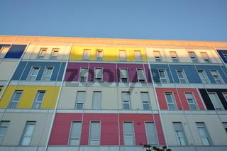 Fachada de edificio moderno con varios colores