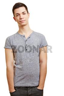 Junger Mann mit Händen in den Hosentaschen