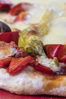 Nahaufnahme einer Pizza auf dem Teller