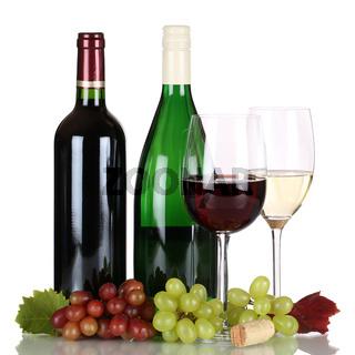 Rotwein und Weißwein in Weinflaschen freigestellt
