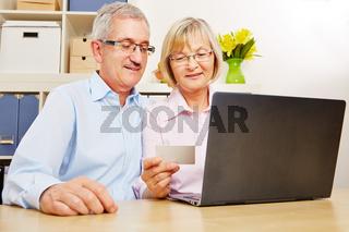 Paar Senioren beim Online-Banking am Computer