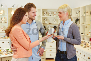 Verkäufer berät Paar beim Juwelier