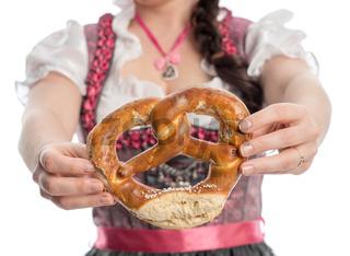 bayrisches mädchen hält brezeln