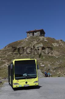 italienischer Postbus parkt auf österreichischer Seite am Timmelsjoch, Sölden, Tirol, Österreich