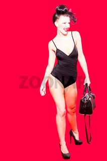 Sexy Frau auf schwarzen Badeanzug mit Schultertasc