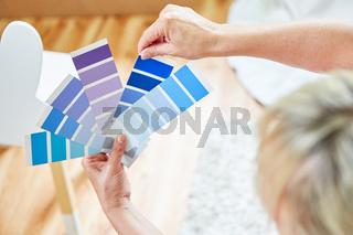 Hände halten Farbpalette für die Farbauswahl