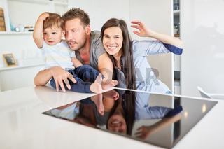 Glückliche Kleinfamilie mit Eltern und Kleinkind