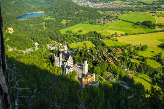Königsschösser, Schloss Neuschwanstein und Schloss Hohenschwangau, dahinter Schwansee und Füssen, Schwangau, Ostallgäu, Allgäu, Schwaben, Bayern, Deutschland, Europa