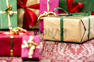 Einfarbige Geschenkpäckchen für jeglichen Anlaß