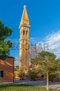 Schiefer Kirchturm in Burano, Venedig
