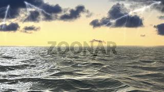 Ein Blitz schlägt über dem Meer ein