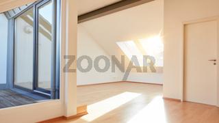 Helle sonnige Wohnung im Dachgeschoss mit leerem Raum
