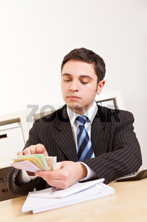 Angestellter zählt Geldscheine