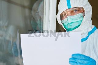 Seuchenschutz Mitarbeiter an Tür mit Schild wegen Covid-19 Pandemie