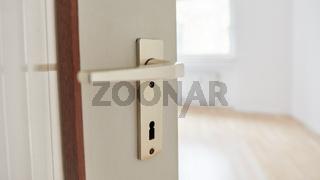 Offene Zimmertür mit Klinke als Umug oder Einzug Konzept