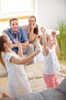 Kinder fangen Seifenblasen mit Familie