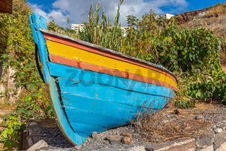 Verfallenes Boot an Land in Canico, Madeira