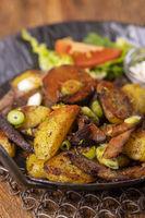 Tiroler Kartoffelgröstl in einer Pfanne