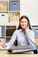 Frau ruft Hotline vom Kundenservice an