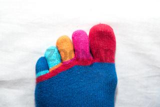 witzig farbenfrohe Zehen von handgestrickter Socke - Nahaufnahme