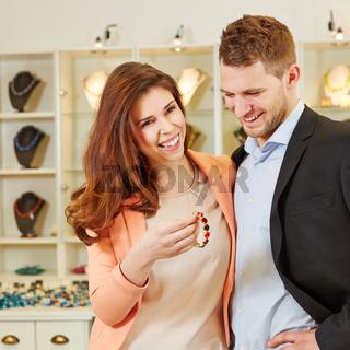 Paar beim Shopping im Schmuckladen