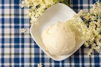 Holunderblüteneiscreme mit frischen Holunderblüten