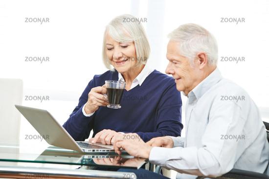 Paar Senioren surft im Internet mit Computer