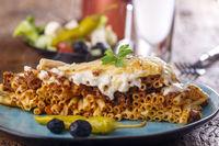 griechisches Pastitsio auf einem blauen Teller