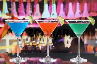 Bunte Cocktails in Martini Gläsern in einer Bar