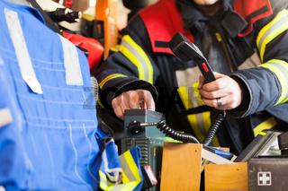 Feuerwehrmann bedient ein Funkgerät