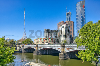 Yarra River mit der Princes Bridge, dem Arts Centre und dem Eureka Tower in Melbourne im Bundestaat Victoria