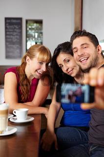 Gruppe fotografiert sich im Café