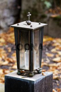Grablaterne aus Metall mit Glasfenstern im Herbst