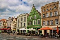 güstrow, deutschland - 07.06.2019 - historische häuserzeile in der altstadt