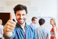 Student in Start-Up hält Daumen hoch