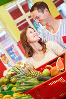 Paar mit Obst im Supermarkt